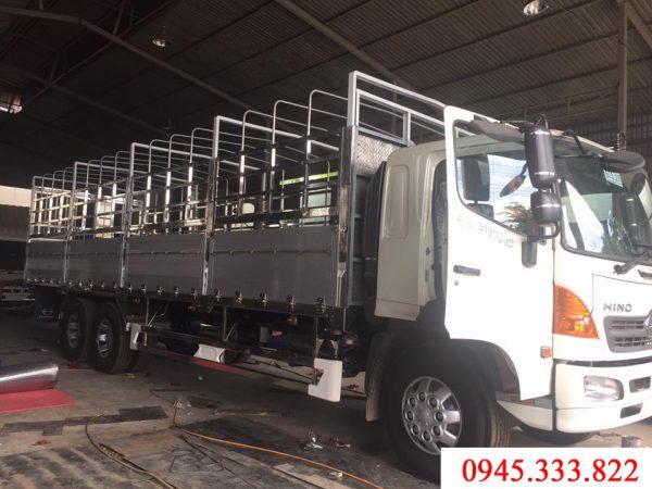 Xe tải Hino 15 tấn thùng mui bạt, bửng nhôm nguyên khối màu trắng