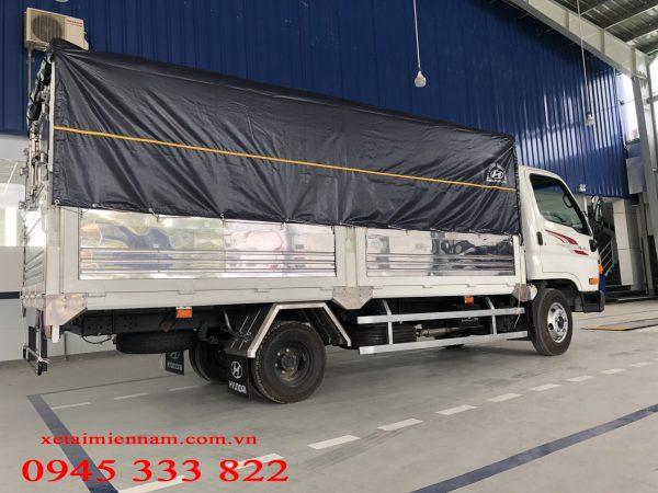 Hyundai N250sl thung mui bạt đáp ung nhu cầu chuyên chở các mặt hàng như ống nhựa, sắt, thép. Các sản phẩm có tải trọng nhẹ nhưng khổ hàng dài.